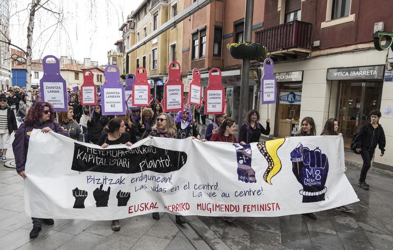 """""""Guztiontzat bizigarria izango den bizitza"""" aldarrikatu dute 7.000 emakumek, martxoaren 8ko manifestazio feministan"""