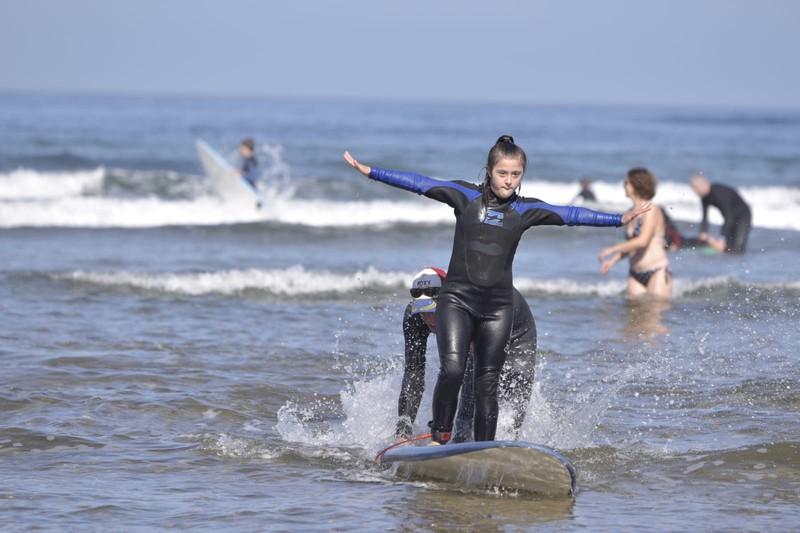 Ia ehun lagunek parte hartu zuten Barinatxeko surf inklusibo jardunaldian