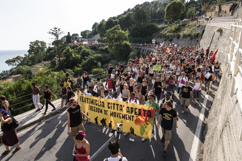 [ARGAZKI-GALERIA] Ventimigliako manifestazio jendetsuan parte hartu du Mugak Zabalduz karabanak - 2