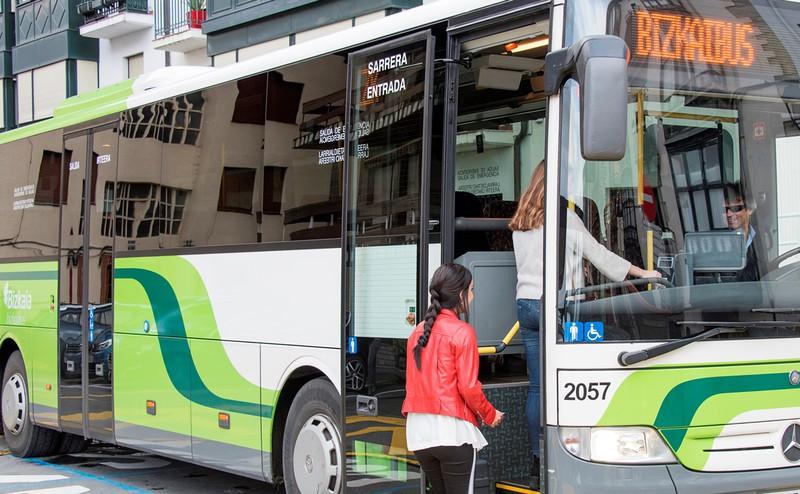 Erandioko Erribera kaleko autobus-geralekua mugitu dute, behin-behinean