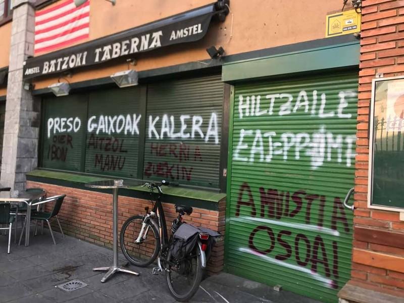 Preso gaixoak herriratzeko eskatzen dituzten pintaketak agertu dira Algortako Batzokian