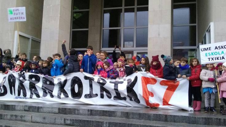 Zipiriñeko dozenaka gurasok eta ikaslek manifestazioa egin dute