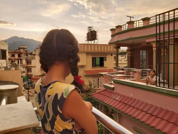 Balkoitik balkoira, Nepaleko egunsentian murgiltzen
