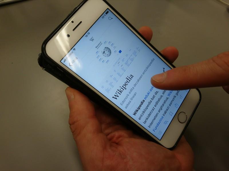 Wikipediaren aplikazioa euskaraz dago daborduko