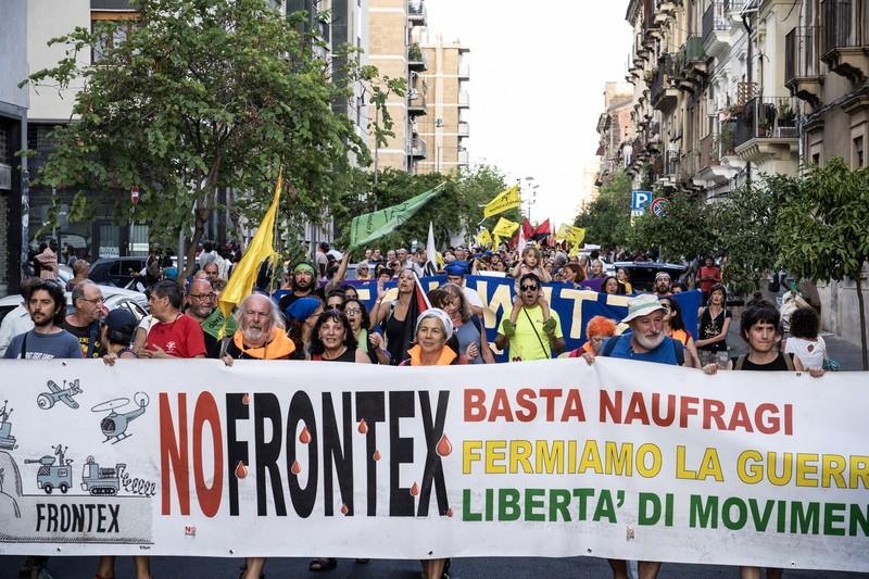 [ARGAZKI-GALERIA] Frontexen aurkako manifestazioan parte hartu du Mugak Zabalduz karabanak
