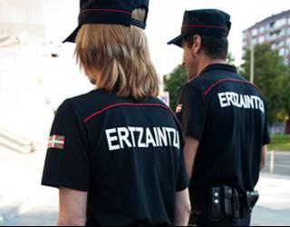 Ertzaintzak gazte bat atxilotu du Plentzian, desordena publikoa egotzita