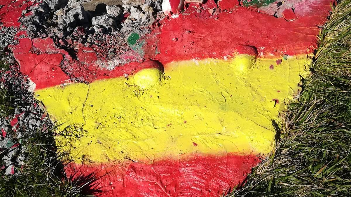 David eta Mario Alvarez anaien omenezko monolitoa suntsitu eta Espainiako banderaren koloreez margotu dute