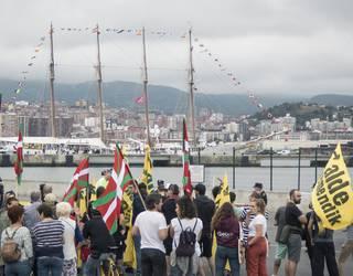 [ARGAZKI-GALERIA] 'Juan Sebastian Elcano' ontziaren aurka bildu dira 50 lagun inguru
