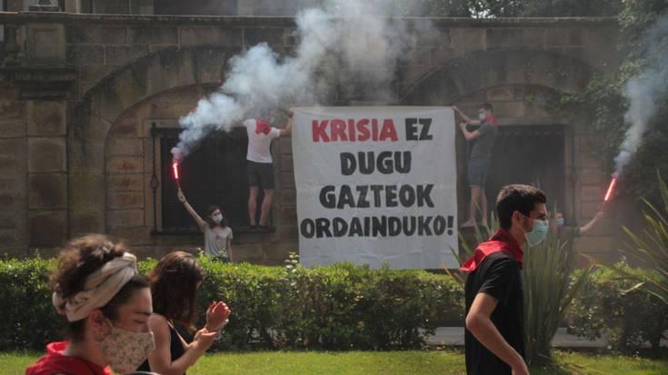 """""""Kapitalaren gainetik, bizitzak! Krisi hau kapitalak ordain dezala!"""""""