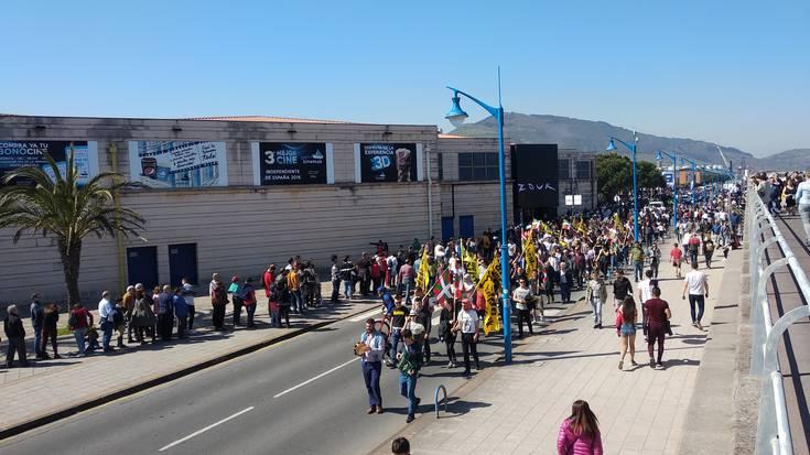 'Juan Carlos I' gerraontzia: milaka lagun bisitan, ehunka protestan