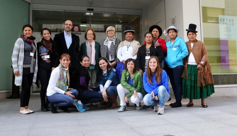 Boliviako emakume nekazari liderrakaz topaketa egin dute gaur, Areetan