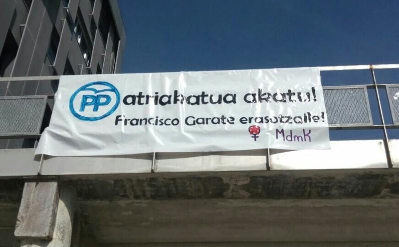 Durangoko PPko zinegotziaren kontrako pankarta ipini dute Leioako campusean