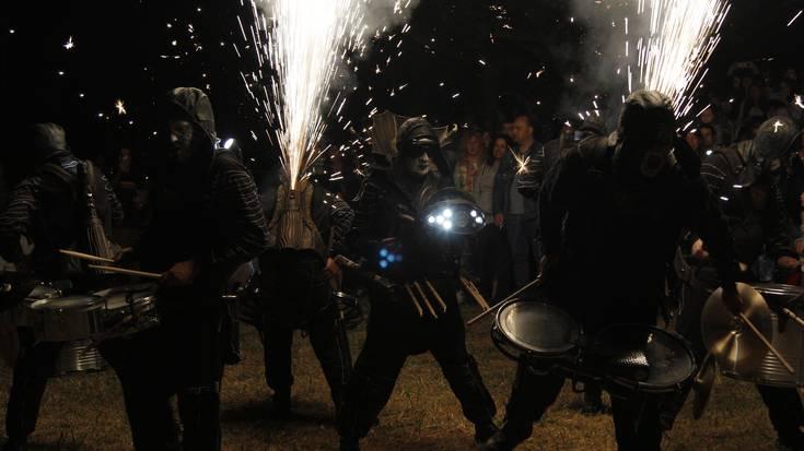 [ARGAZKI-GALERIA] Deabru Beltzak taldearen suak argitu du Barrikako San Juan gaua