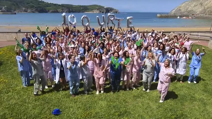 Flashmob dibertigarri bategaz ospatu dute Gorlizko ospitalearen 100. urtemuga
