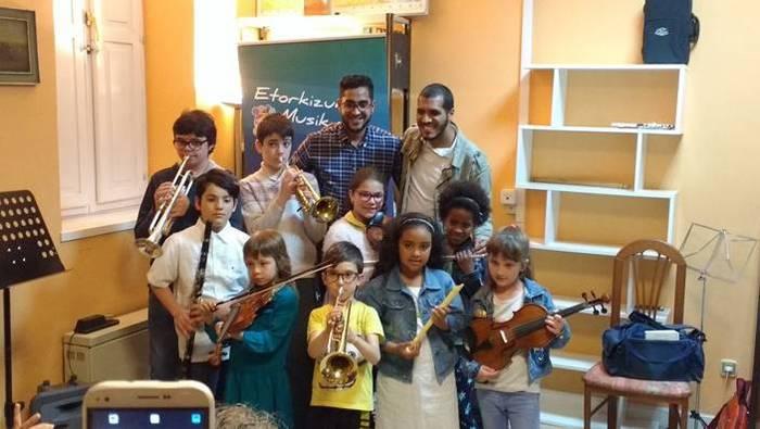 Norai elkartearentzako musika-tresnak biltzen ari da Andres Isasi Musika Eskola