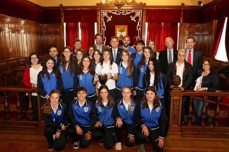 Bizkerreko emakumezkoen lehenengo futbol-taldeari harrera egin dio Udalak