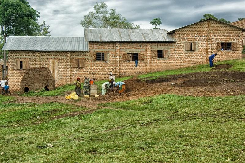Ugandar umeei hezkuntza ziurtatzeko haziak ereiten