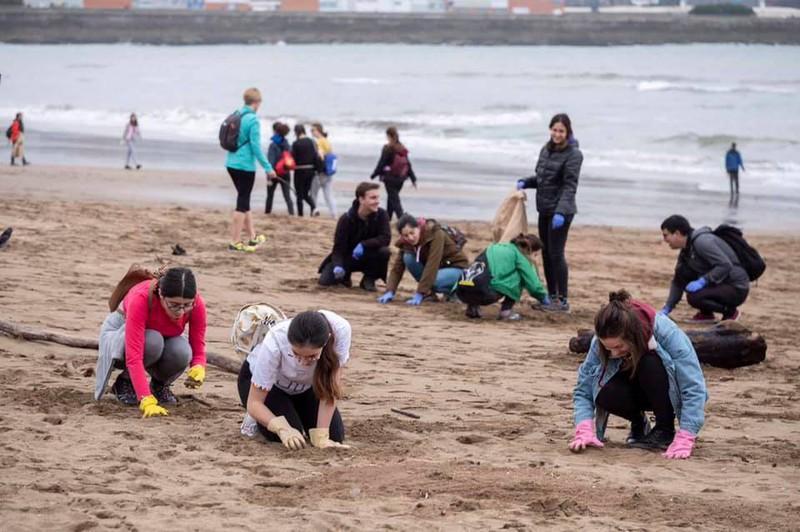 Ehunka lagun Greenpeacek Ereaga hondartzan antolatutako plastiko-bilketan