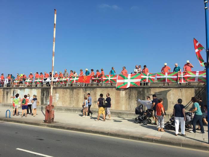 Ikurrinen artean abiatu da Espainiako Vueltaren Getxoko etapa