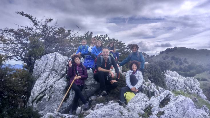 Bost urtez Euskal Herriko gailurrak euskaraz igotzen