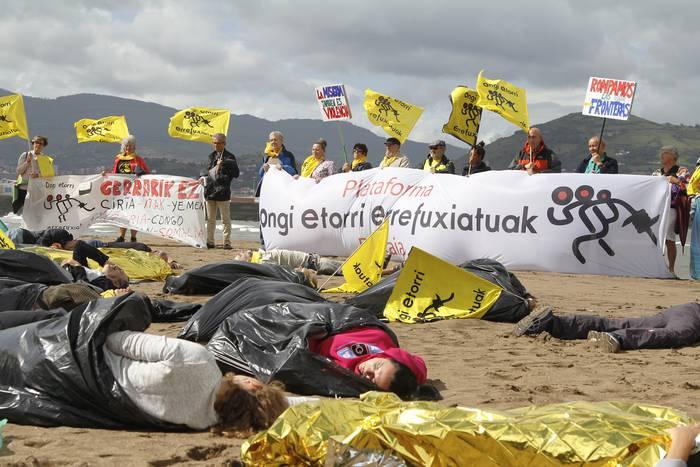 Mediterraneo itsasoan pertsona migratzaileak hil egiten direla gogoratu du Ongi Etorri Errefuxiatuak plataformak
