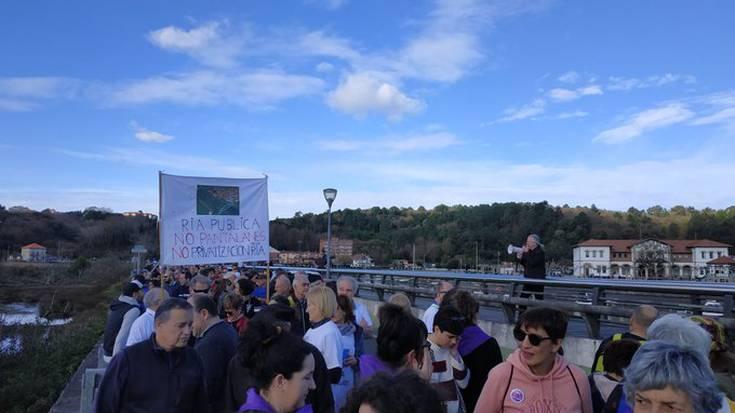 Milaka lagunek protesta egin dute pantalanak ezartzearen kontra